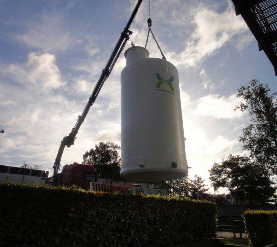 Tunetanken overjordisk tank bliver monteret