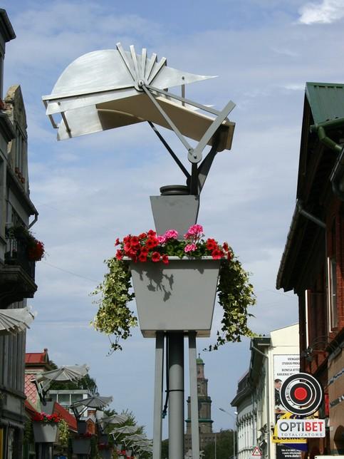 Specialfremstillet plantekumme som passer til den eksisterende gadebelysning og dennes design og udtryk